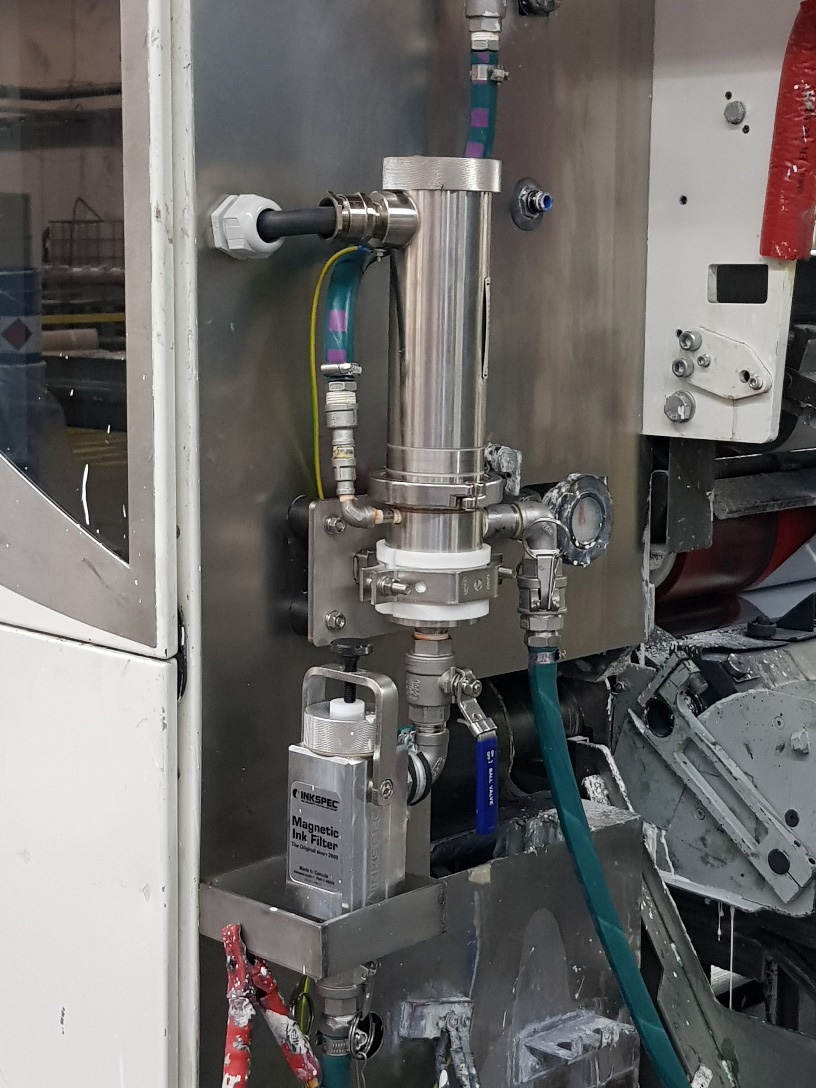 """Das IIS-Viskosimeter wird zwischen Pumpe und Maschine """"Druckwerk"""" eingesetzt und benötigt KEINERLEI  BEWEGLICHE TEILE, um die Viskosität während des gesamten Ablaufs zu überwachen und zu regeln."""